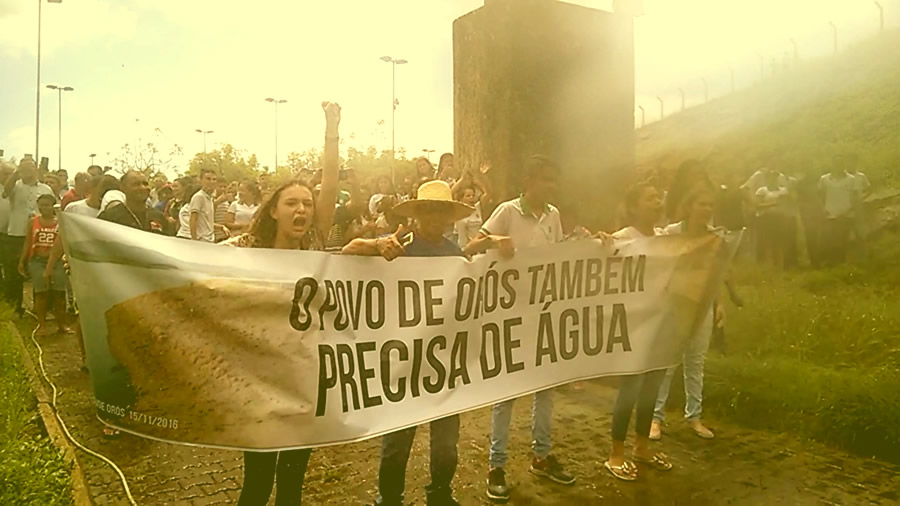 População faz manifestação exigindo redução de vazão do Açude de Orós